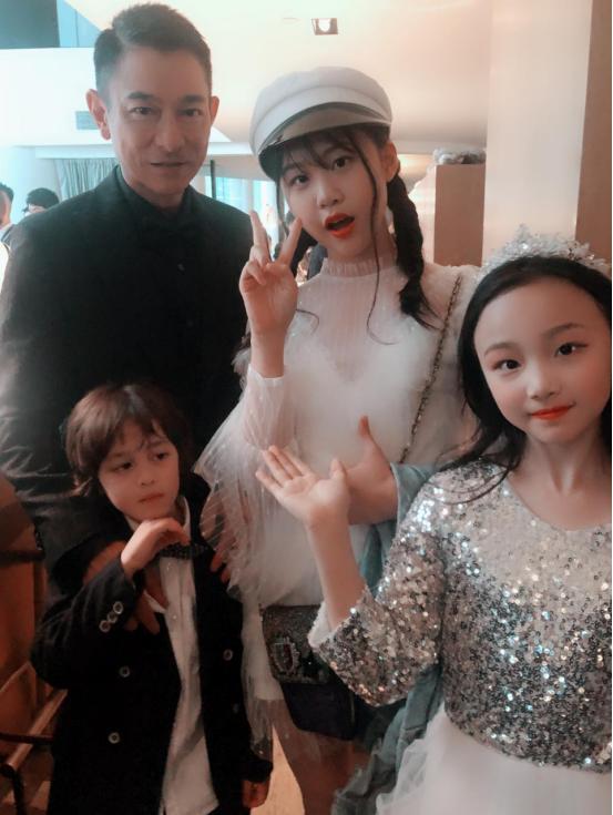 陈雨婷甜美亮相金像奖颁奖典礼 宛如公主清新可人